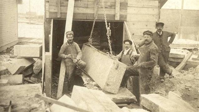 Jusqu'à la mort d'August Gillis (troisième à partir de la gauche), en 1922, l'entreprise était nommée August Gillis & Son.