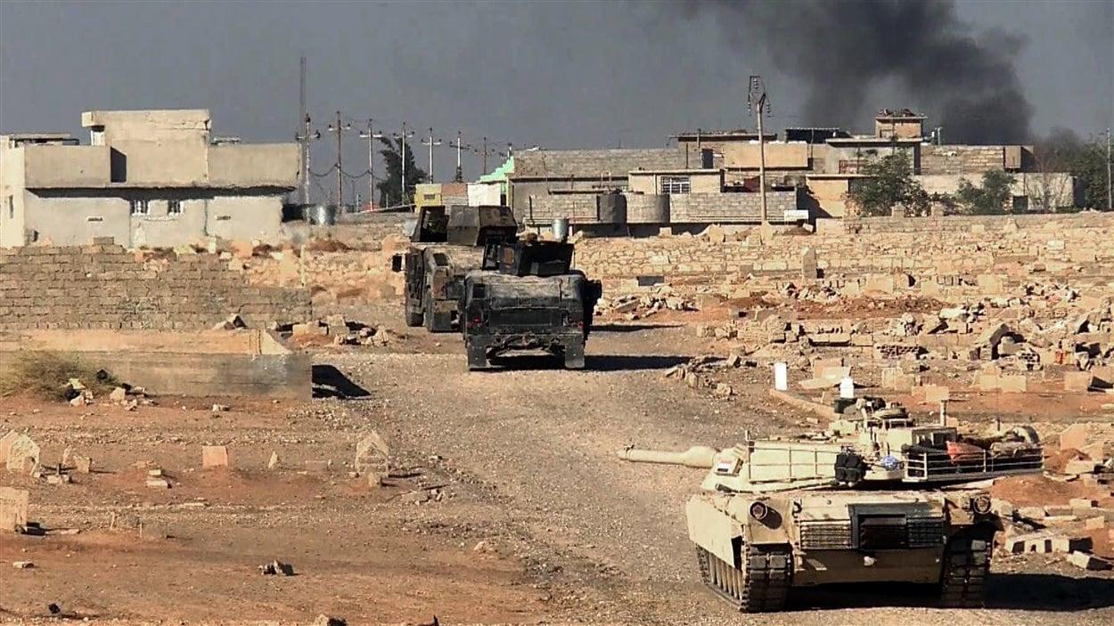 Cette capture d'écran d'AFPTV montre des chars Abrams de l'armée irakienne entrant vendredi dans le quartier de Karama, à Mossoul.