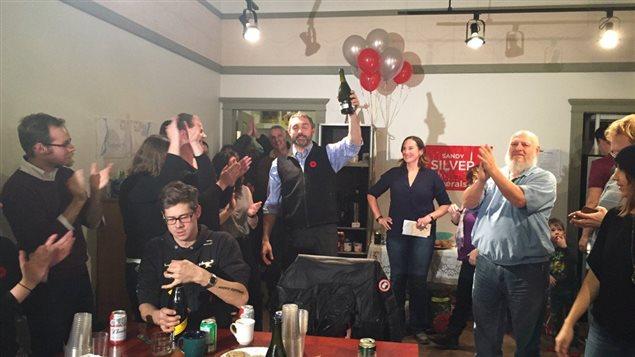 Le premier ministre désigné Sandy Silver célèbre la victoire du Parti libéral du Yukon le lundi 7 novembre.