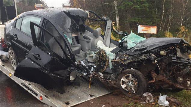 Un jeune homme survit miraculeusement un grave accident de voiture ici radio - Accident de voiture coup du lapin ...