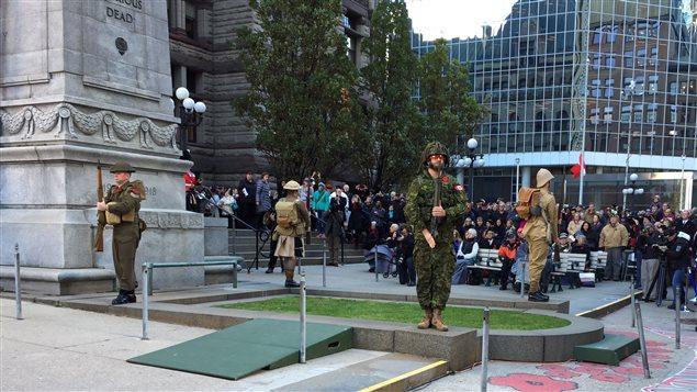 Cérémonie du jour du Souvenir devant l'ancien hôtel de ville de Toronto