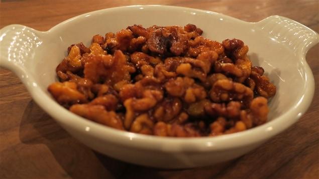 Des noix caramélisées dans une assiette blanche