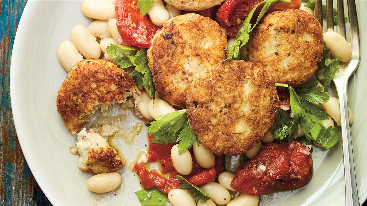 Salade de haricots blancs, croquettes de sardines et tomates confites et tomates en conserves confites