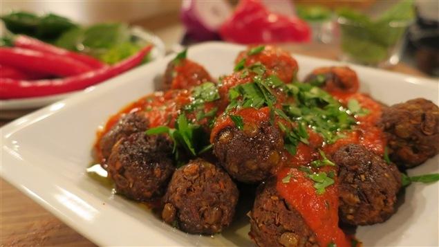 Des boulettes de lentilles nappées de sauce tomate