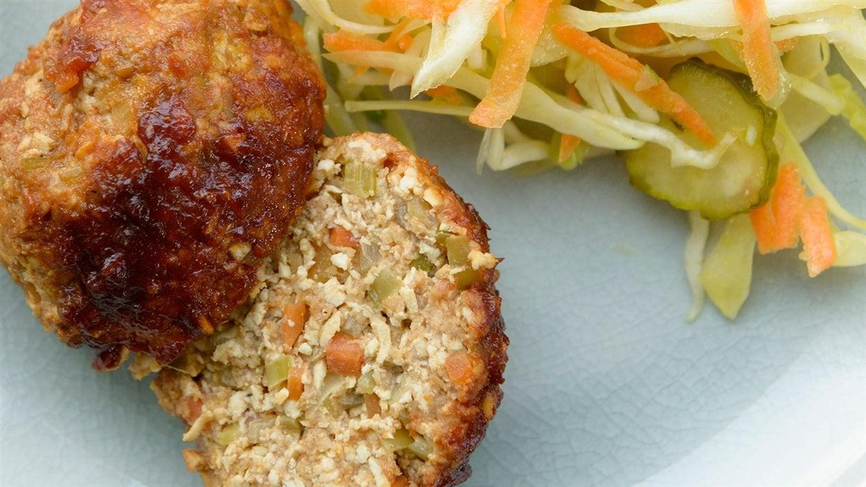 Pain de viande et tofu à la sauce barbecue et salade de chou aux cornichons