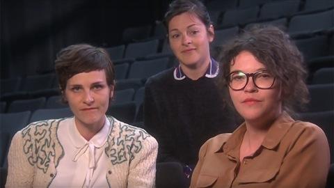 Trois figures de la pièce  Gamètes  : les comédiennes Dominique Leclerc et Annie Darisse avec la metteure en scène Sophie Cadieux (derrière)