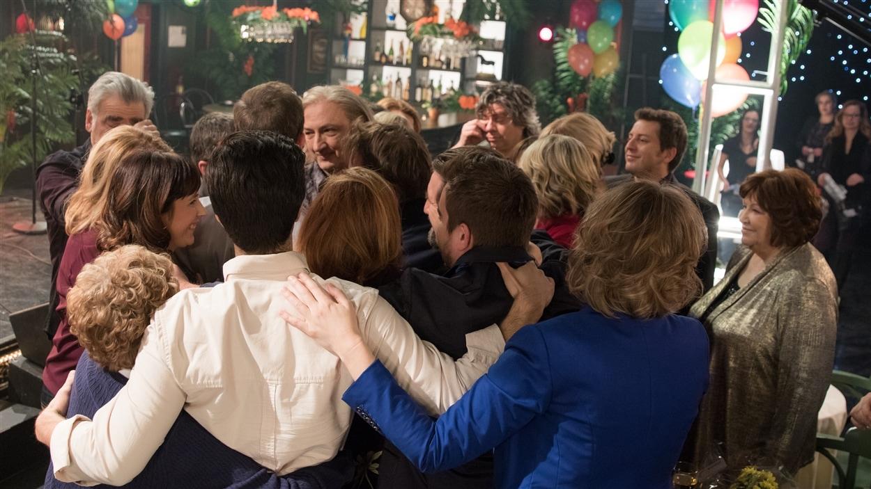 Tous les personnages rassemblés dans le bar s'entrelacent.