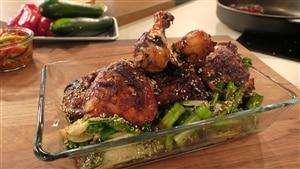 Du poulet mariné et grillé ainsi que des bok choys