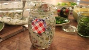 Une adaptation de la salade niçoise, dans un pot