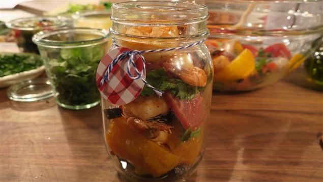 Une salade de betteraves dans un pot en verre