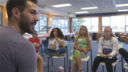 Jonathan Riopel animant un atelier Ados coaching
