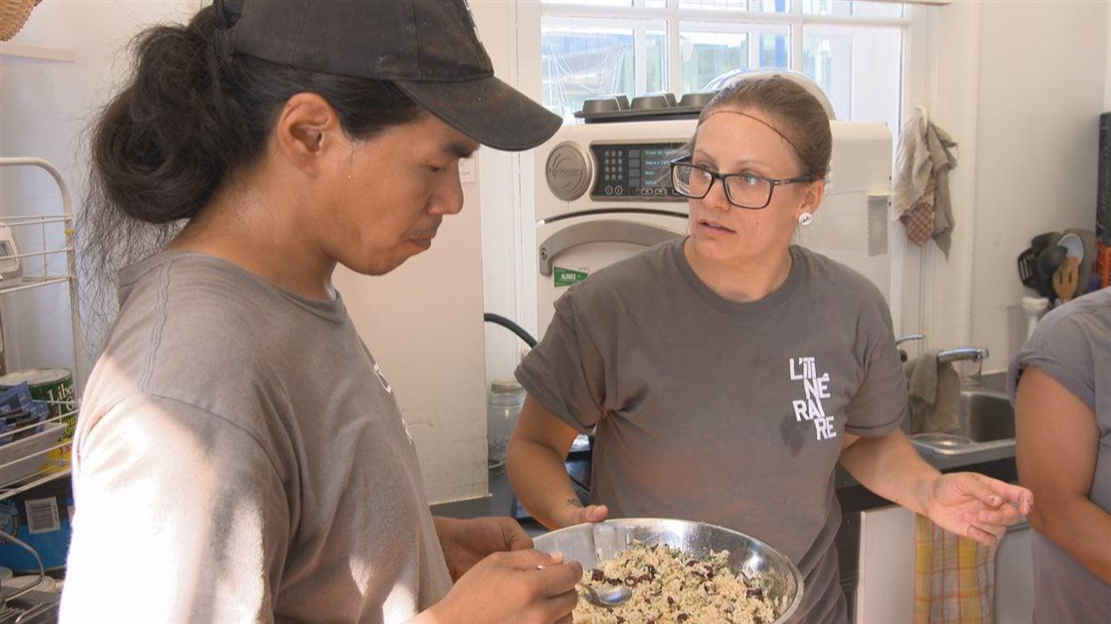 Mélodie Grenier de L'Itinéraire et Rick Qavavauq employé du café de la Maison Ronde
